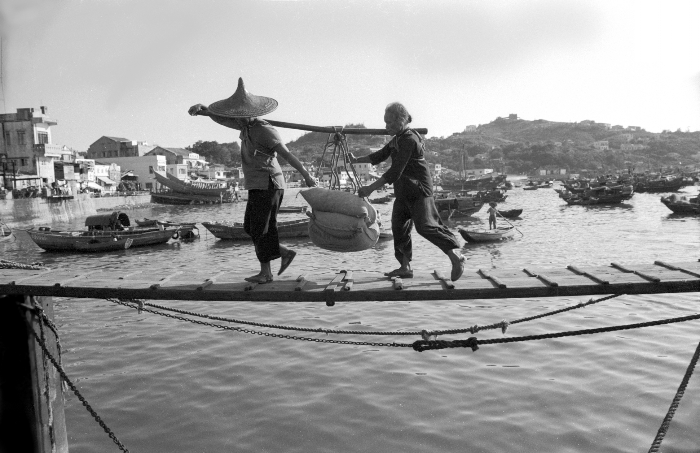 EXCLUSIVELY FEATURED BY EASTPRO - hong kong 1969 - cheung chau workers