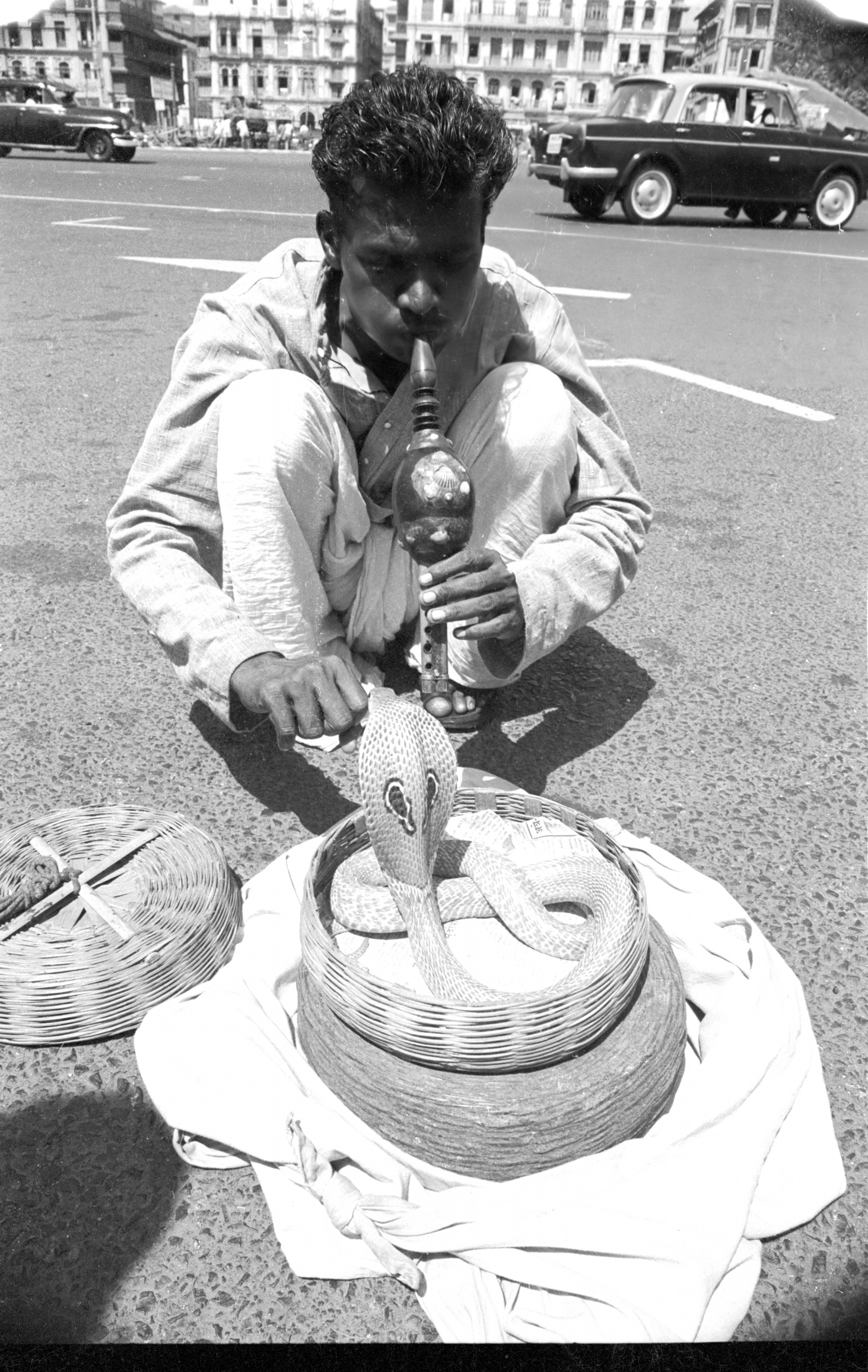 EXCLUSIVELY FEATURED BY EASTPRO - india 1970 - snake charmer near taj palace hotel bombay